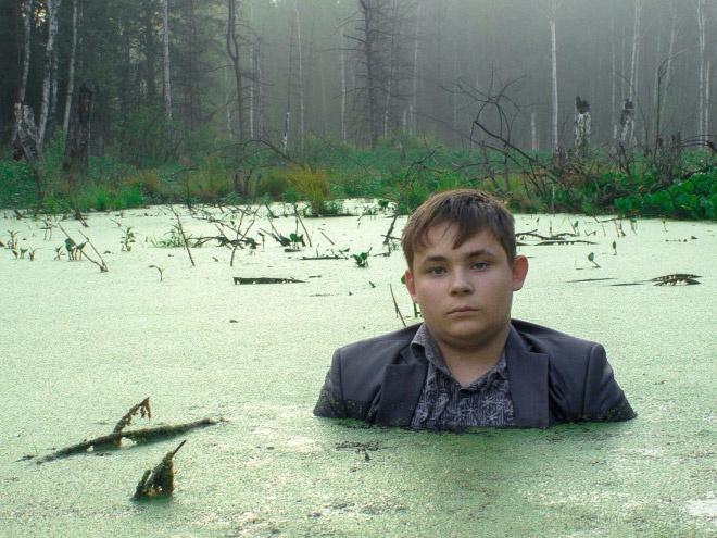 парень сфотографировался в болоте видах спорта, связанных